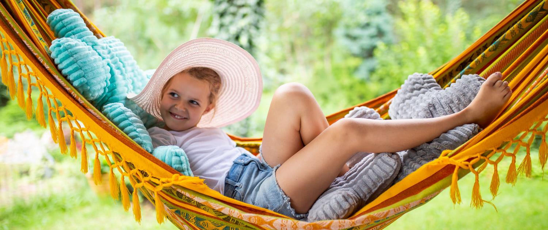 dziewczynka w kapeluszu na poduszkach minky puzzle na leżaku