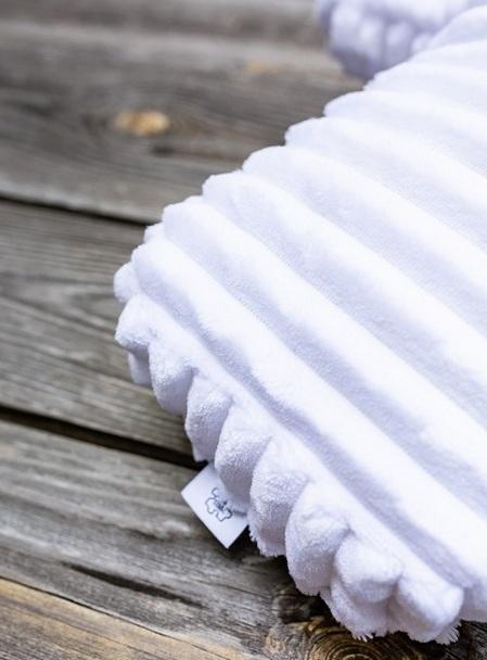 biała poduszka dekoracyjna