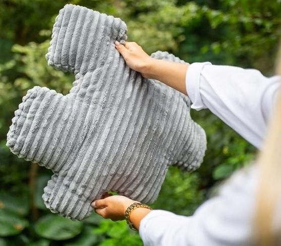szara poduszka w kształcie puzzla
