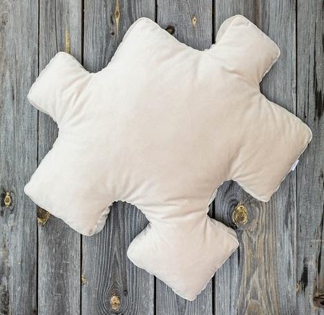 poduszka dekoracyjna ecru do salonu w kształcie puzzla