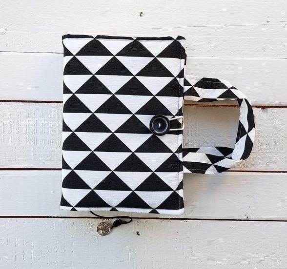 etui z materiału na książkę hand made czarno - białe romby