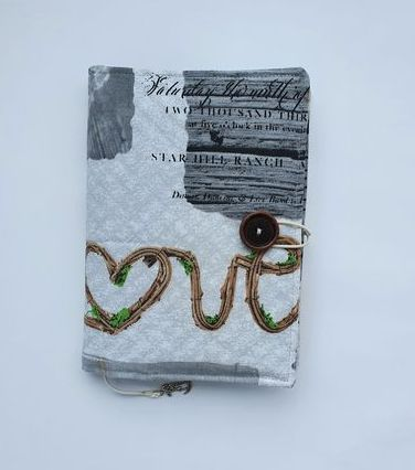 Szara okładka na książkę z napisem Love