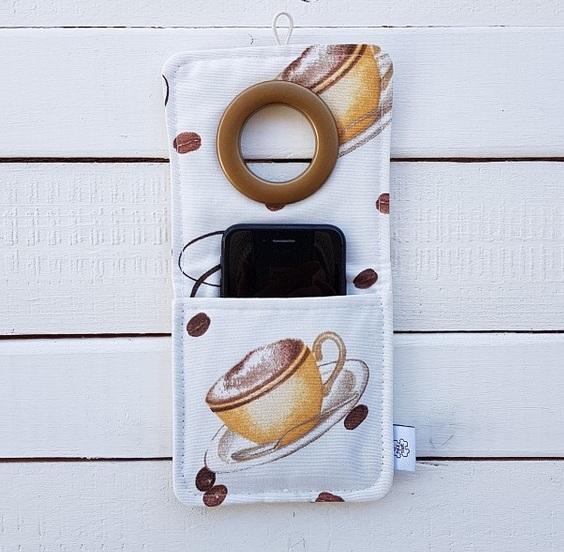 Materiałowa cool kieszonka na telefon w trakcie ładowania Coolphone