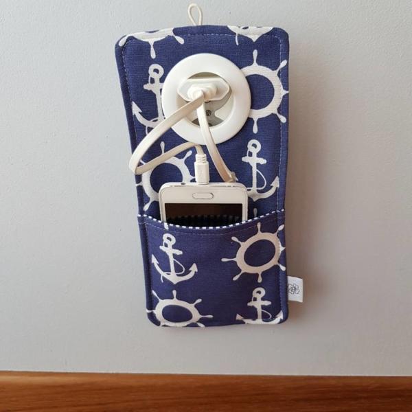 Cool kieszonka do ładowania telefonu w gniazdku wzór z kotwicami