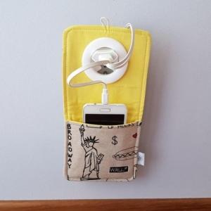 Kieszonka do ładowania telefonu zawieszana na wtyczce do gniazdka