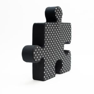 Poduchopuzzle w czarno-białe kropki
