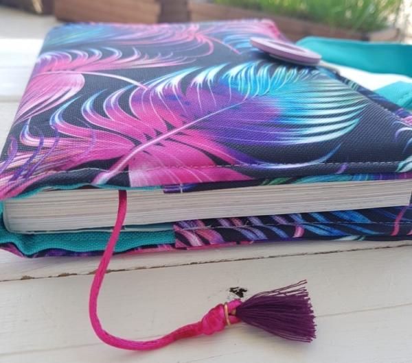 Wodoodporna okładka na ksiązkę Pióra kolorowe na czarnym Nice Time