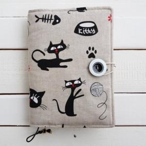 Etui z materiału na książkę - wzór z kotami
