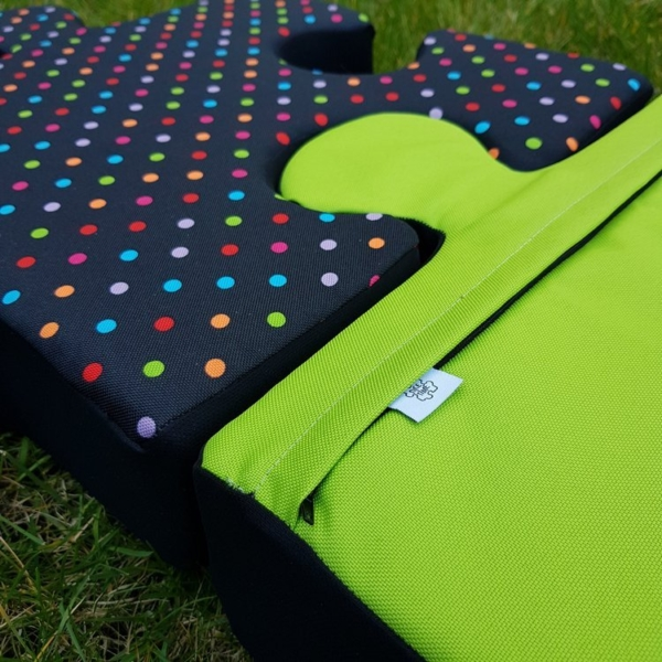 Mata do zabawy z poduchopuzzli Nice Time kolorowe groszki z zielonym