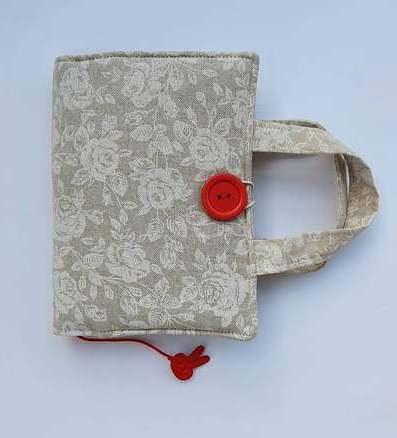 Ręcznie szyta okładka na książkę w białe różyczki
