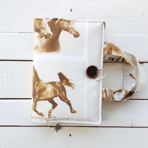 Ręcznie szyte etui na książkę z motywem koni
