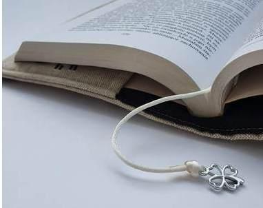 Książka w okładce szytej ręcznie z tkaniny w owieczki