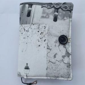 Okładka na książkę uszyta z szarego materiału