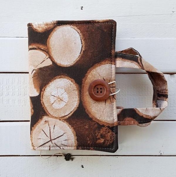 Okładka na książkę z uchwytem z motywem drewna