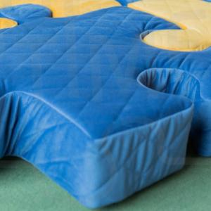 Granatowe poduchopuzzle w obszyciu z pikowanego velvetu Nice Time
