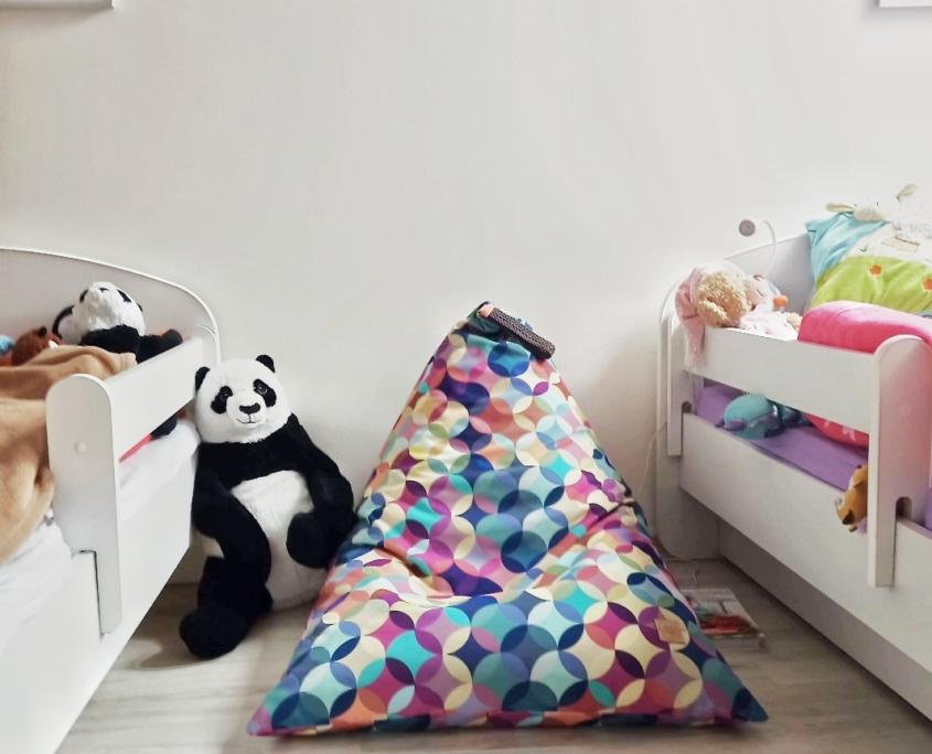 Puf dla dziecka w kolorowe koła w dziecięcym pokoju