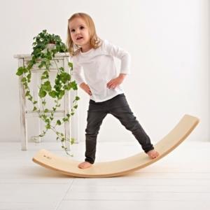 Dziewczynka na desce balansującej