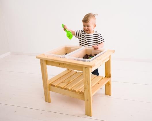 Chłopczyk bawi się przy stoliku sensorycznym