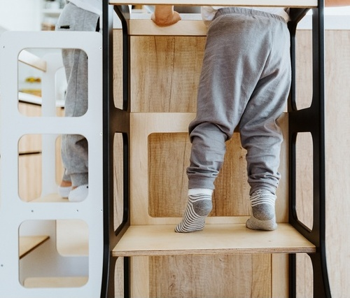 Nózki dziecka na kitchen helperze