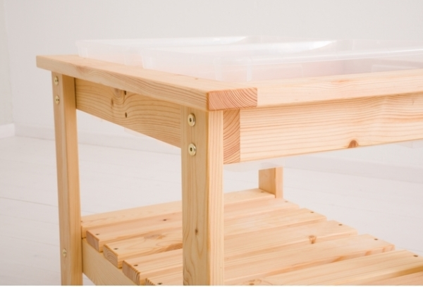 Zbliżenie na stolik sensoryczny wykonany z drewna brzozy